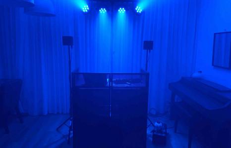 DJ met Zwarte dj booth huren