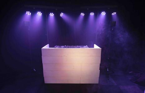 DJ met Wit steigerhouten dj booth huren